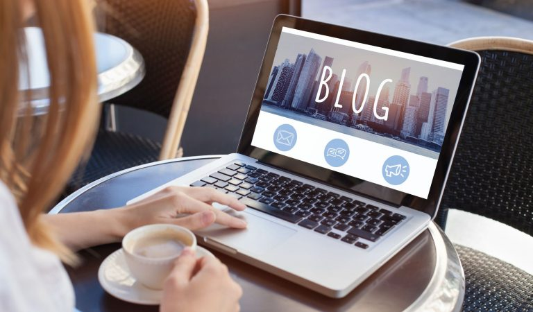 4 TIPS TO TURN YOUR BLOG READERS INTO PAYING CUSTOMERS